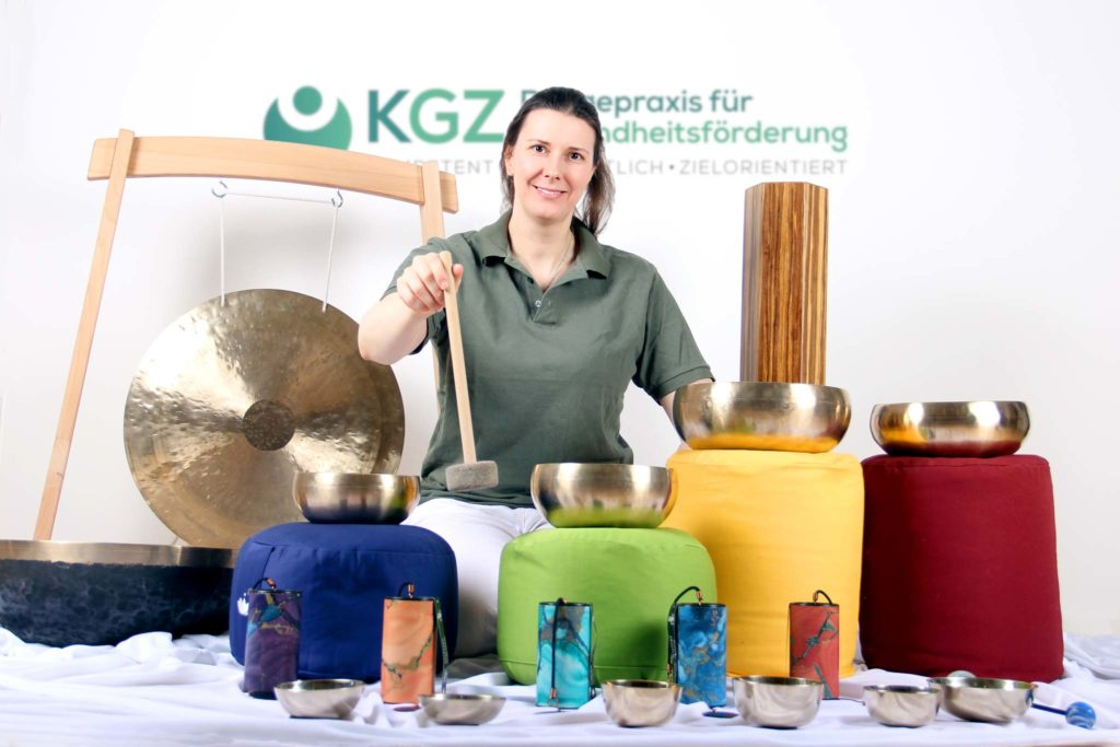 Esther Schauberger mit Klangschalen